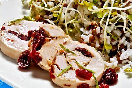 Rollo de pollo con arroz frío con lentejas y yogur