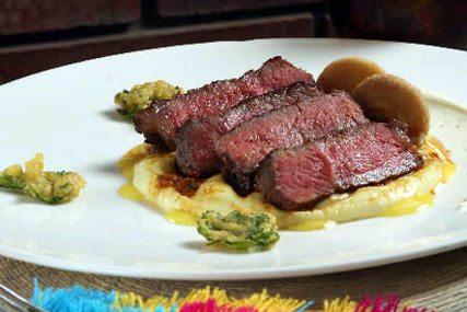 NY steak al vacío con queso de cabra de Montemorelos y salsa de barbacoa