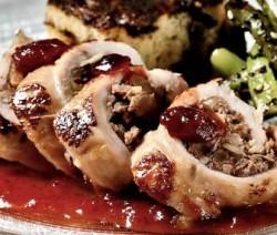 Pechuga de pavo con relleno de nogada, pan de mole y salsa de arándano