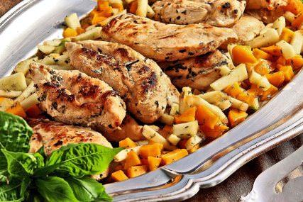 Pollo asado con salsa de durazno y manzana