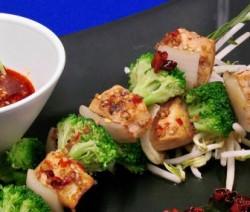 Brochetas de pollo con brócoli en salsa harissa
