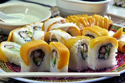 Sushi de mango y cangrejo