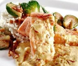 Salmón con salsa de azafrán y arroz basmati